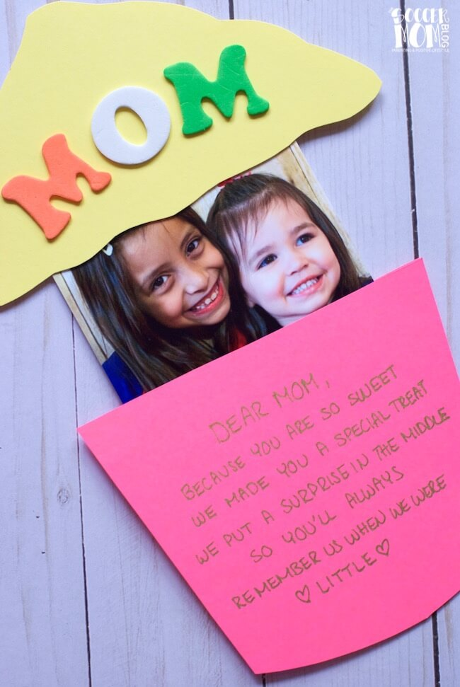 How cute is this pop-up cupcake card! It's perfect kid-made Mother's Day card — Mom will love the sweet photo surprise inside!