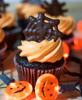 Easy Halloween Spiderweb Cupcakes (recipe & video)