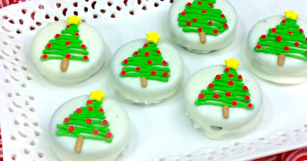 It doesn't get much cuter than this!! Easy chocolate dipped Christmas Oreos make a party-perfect treat or holiday gift that kids can make!