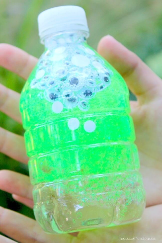 This Monster Eyes Sensory Bottle is a sparkly and spooky Halloween kids craft and calm-down tool. Click for easy tutorial and photos.