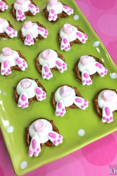 f you're on the hunt for an easy Easter recipeto make with the kids this spring, then you'll love these adorable Bunny Butt Pretzels!