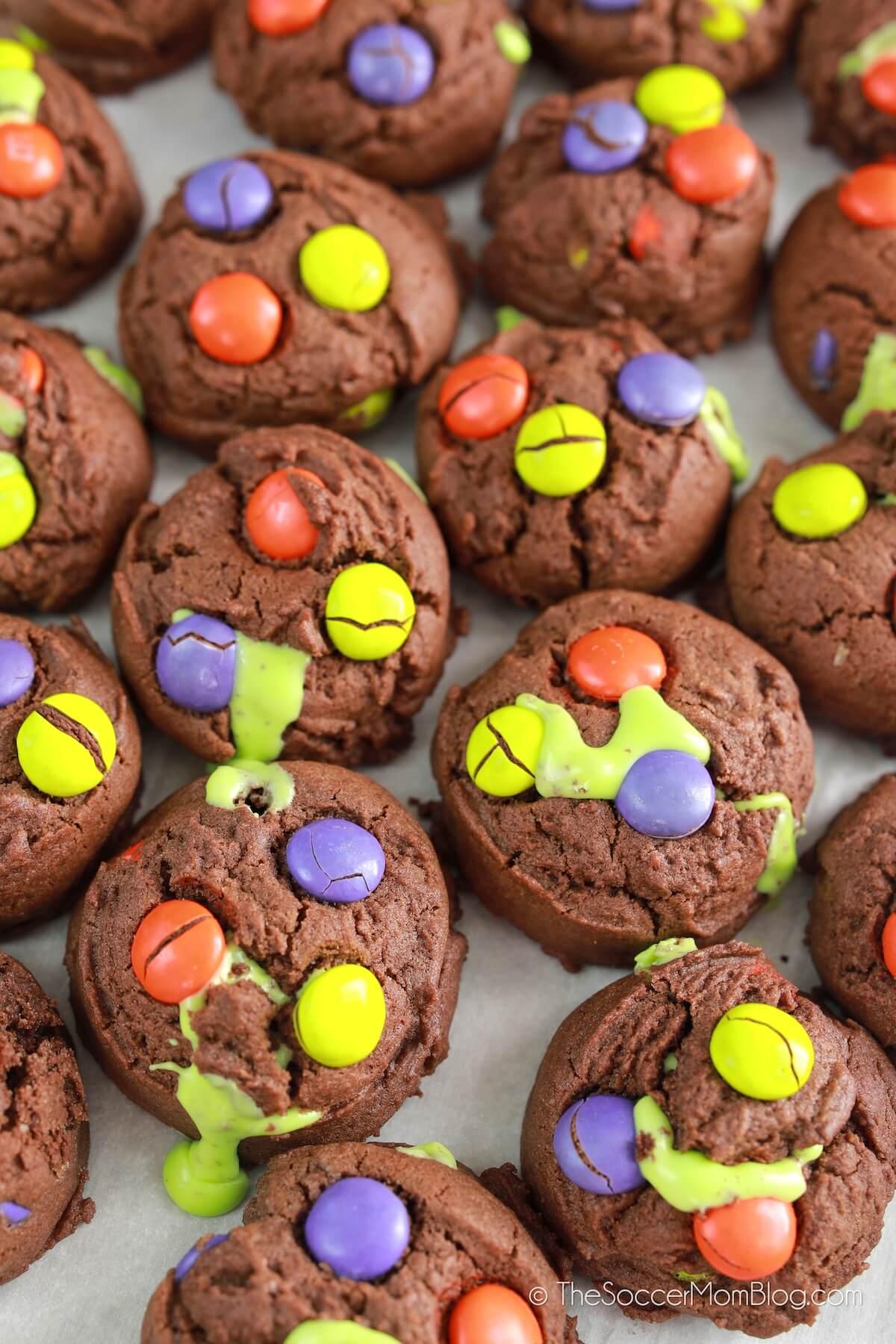 lote de galletas de Halloween rezumando glaseado verde
