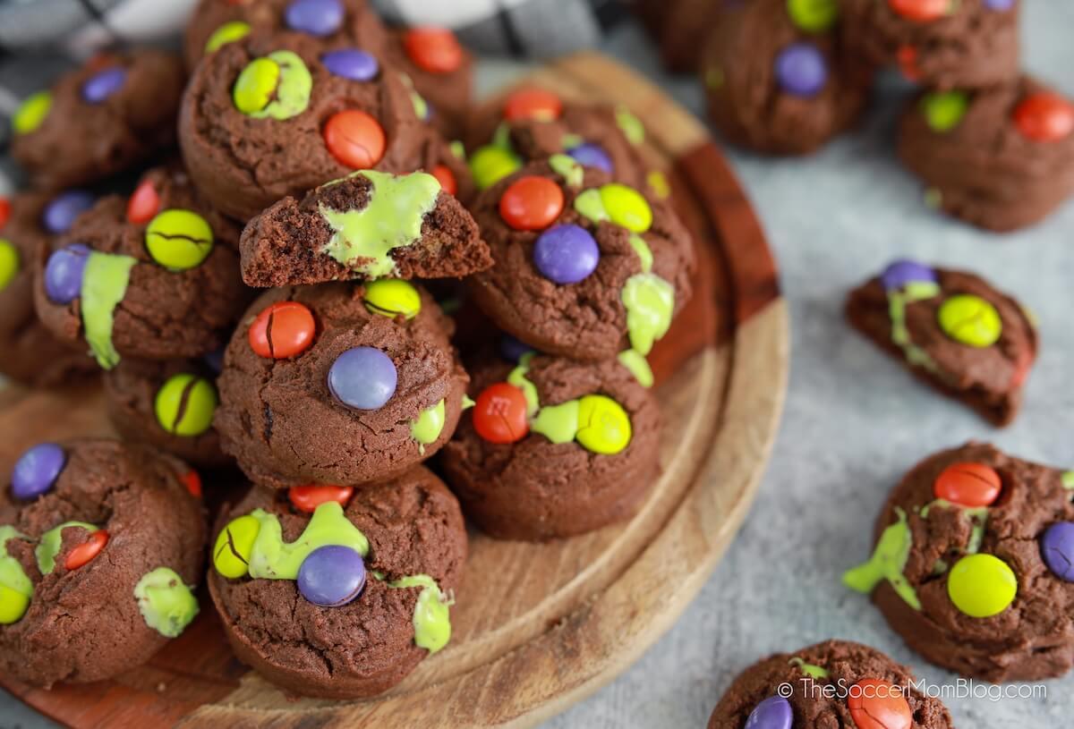 """plato de galletas de Halloween con """"limo"""" Formación de hielo"""