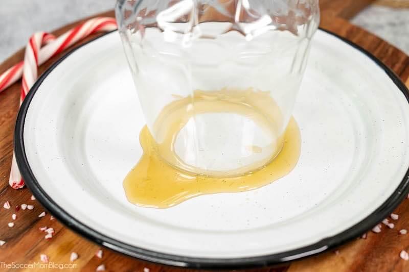 Tauchen Sie den Rand eines Cocktailglases in Honig