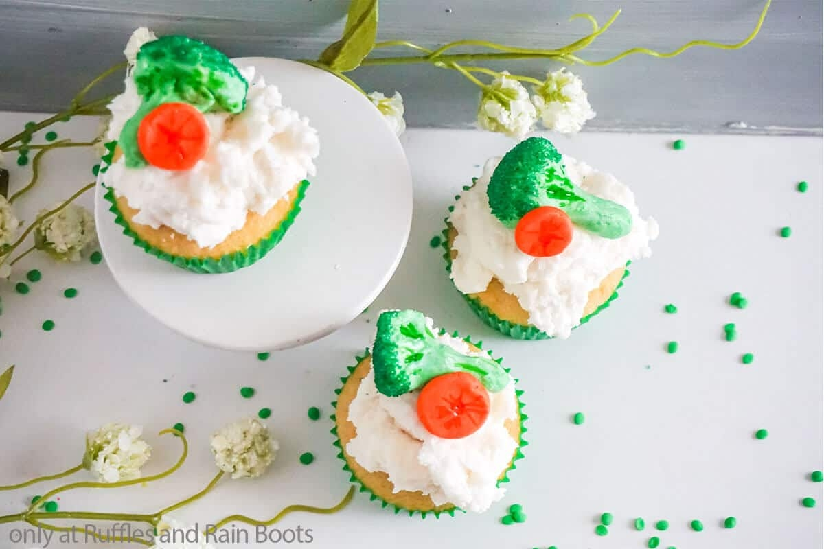 cupcakes made to look like they have broccoli on top