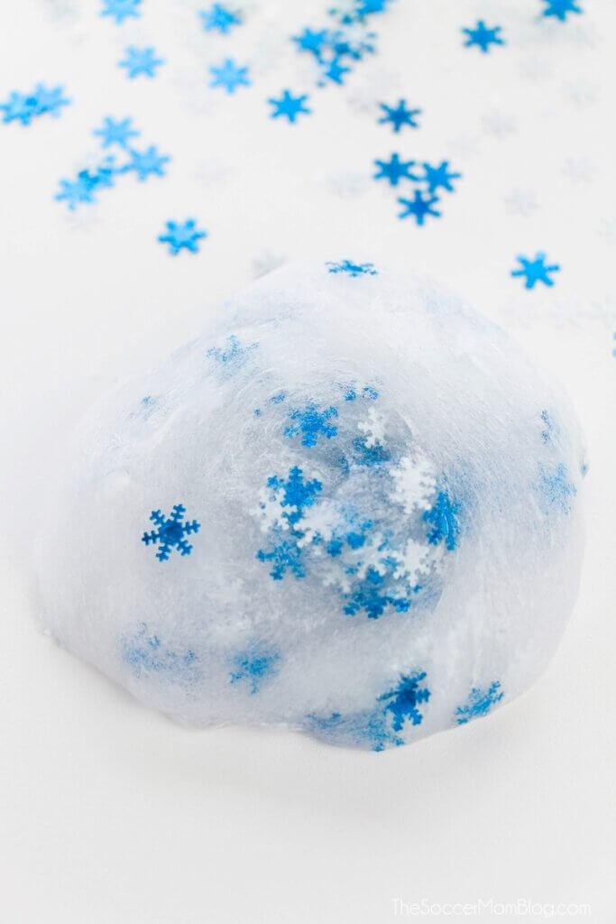 Schneeflockenschleim auf weißem Hintergrund
