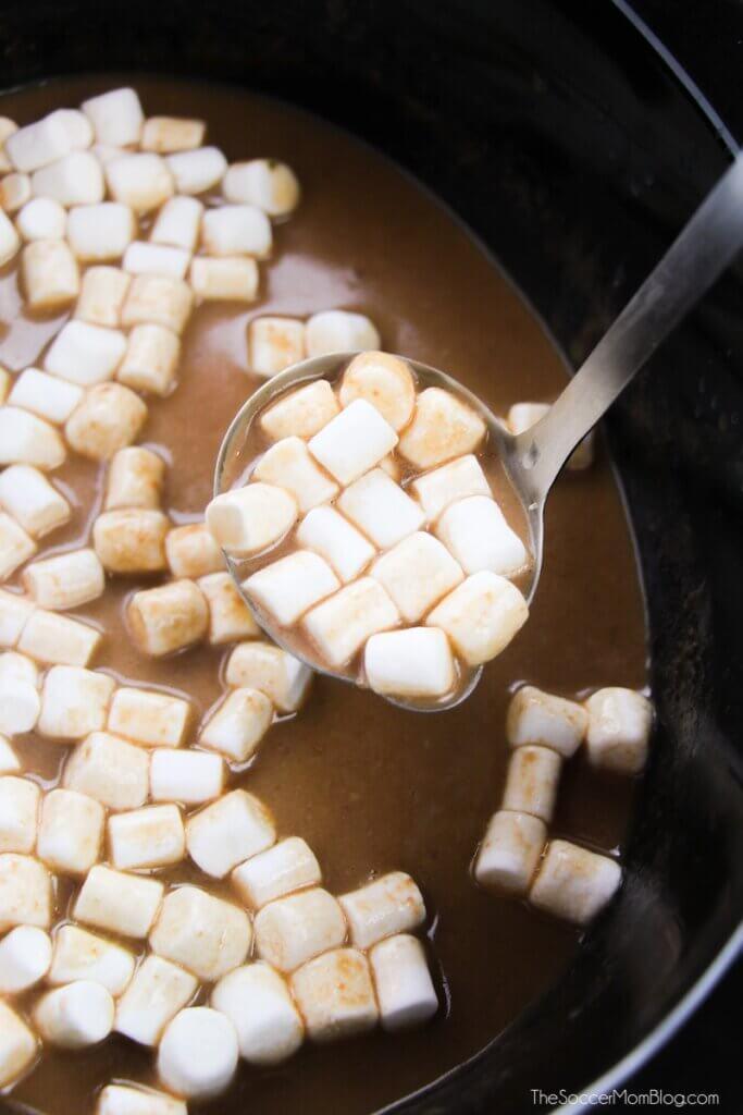 Diese Crockpot Thin Mint Hot Chocolate ist reichhaltig, minzig und schokoladig und das perfekte Aufwärmen für den Winter!