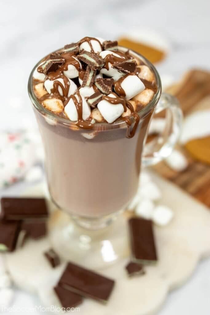 Tasse heiße Minzschokolade mit Marshmallows und Schokoladensirup darüber