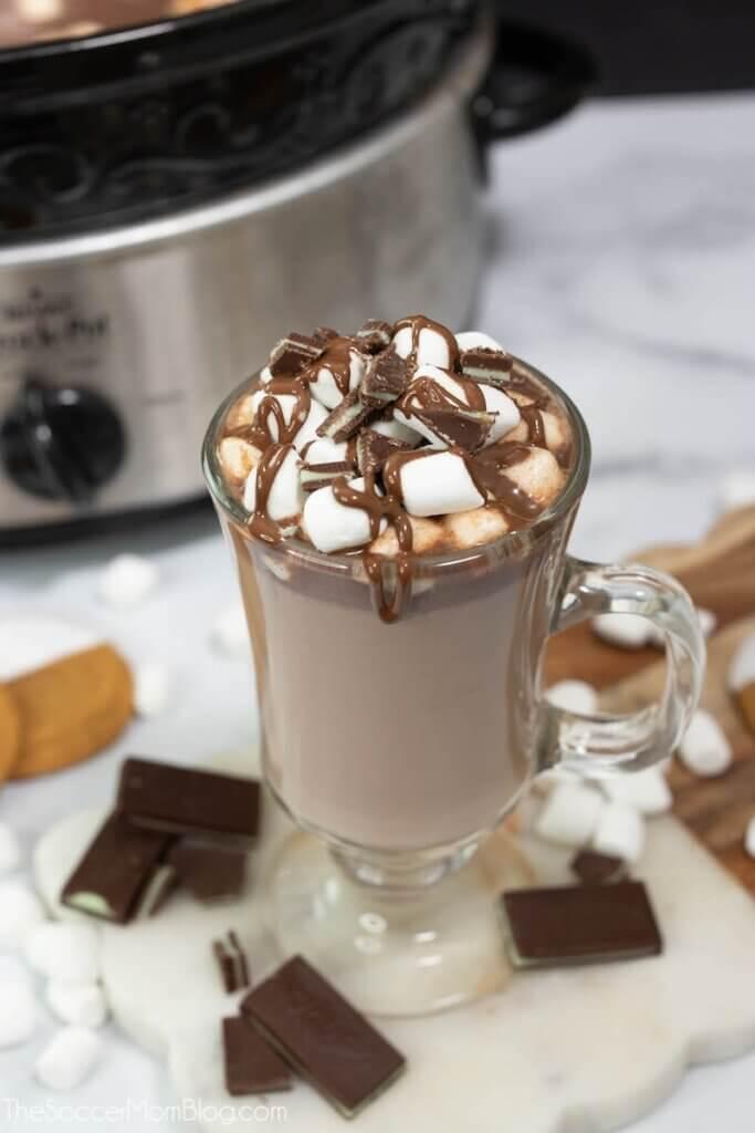 Slow Cooker heiße Schokolade in Tasse und Topf