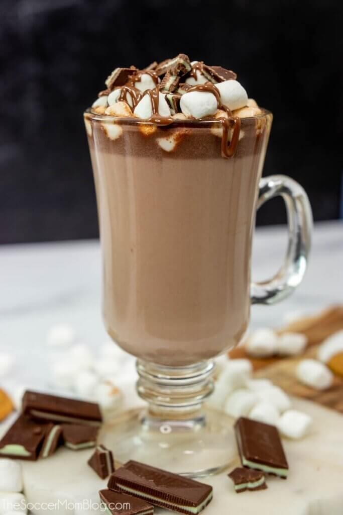Minze heiße Schokolade in klarer Tasse mit Marshmallows belegt