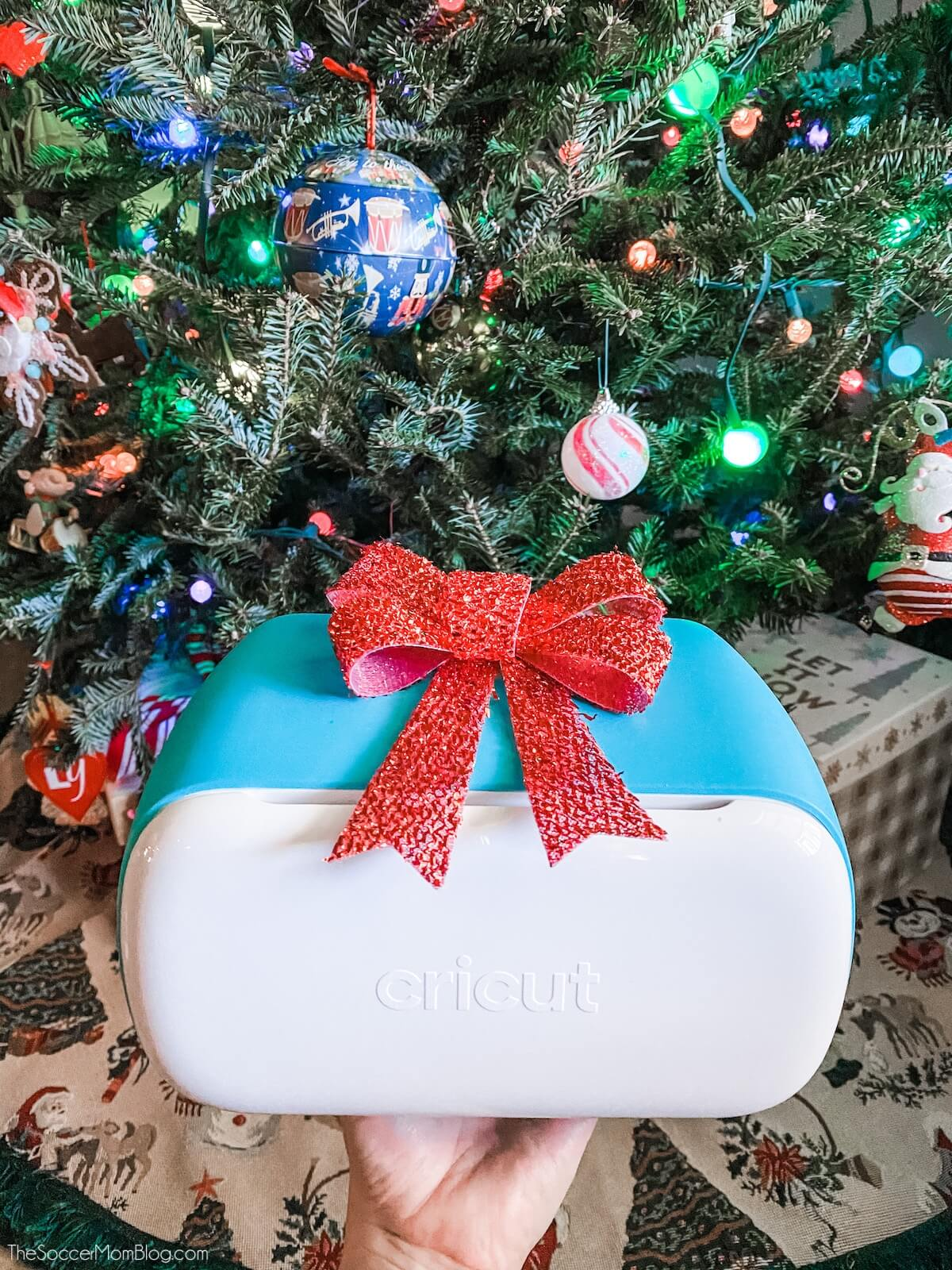 Cricut Joy vor einem Weihnachtsbaum
