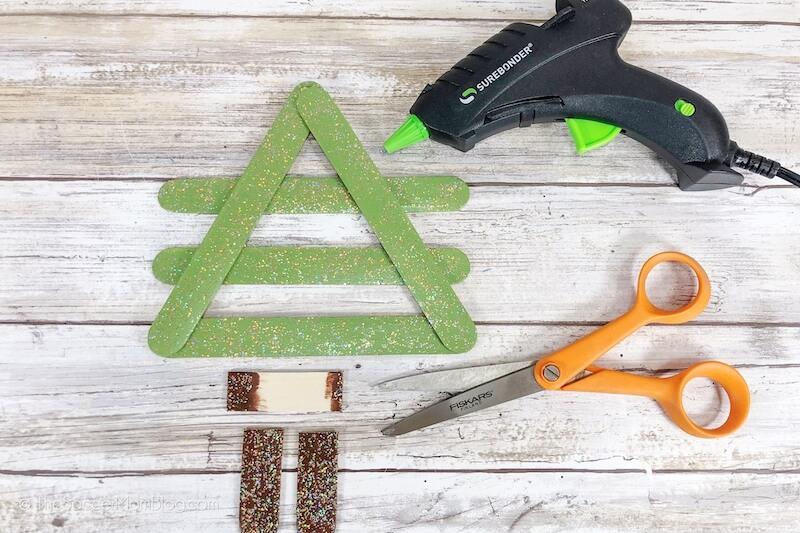 Herstellung eines Weihnachtsbaumschmuckes mit Eis am Stiel