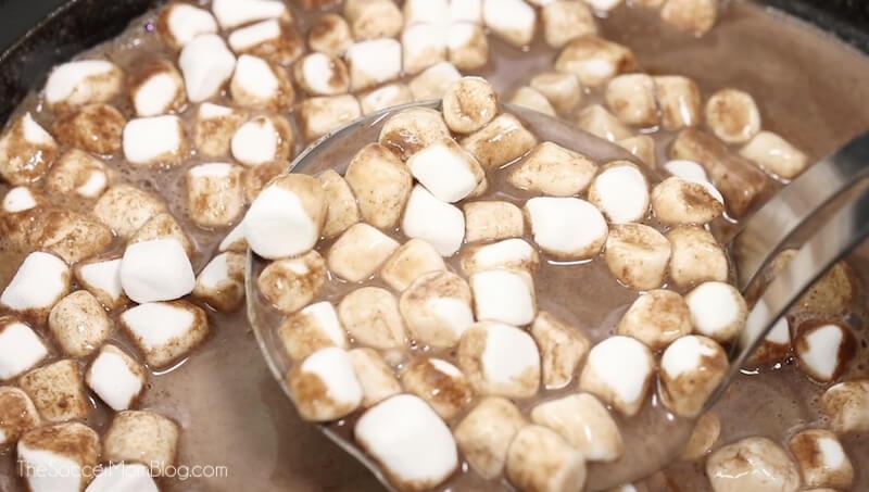Heiße Schokolade aus dem Slow Cooker schöpfen