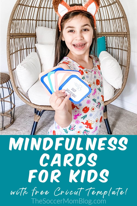 niña con tarjetas de actividades de atención plena