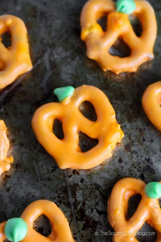 pretzels bañados en chocolate para que parezcan calabazas