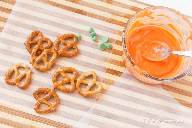 giros de pretzel y chocolate naranja derretido